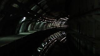 Длина этого водного канала 500 м, диаметр до 22 м, глубина 8 м.