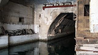 Вход в подземный завод по ремонту подводных лодок