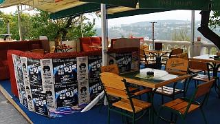 Одно из севастопольских кафе с видом на Южную бухту