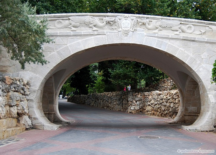 """Драконий"" мостик на Приморском бульваре"