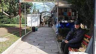 Сувенирные лавки в Ливадийском парке