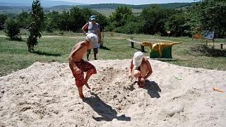 Юные археологи за раскопками костей мамонта