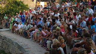 Начало представления: актеры, традиционно, общаются со зрителями
