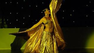 Эффектный танец с крыльями