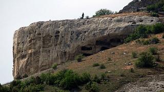 На таком скальном массиве пещеры вырубались уступами в несколько ярусов
