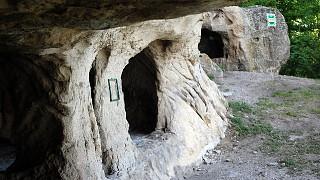 Пещеры у главного входа