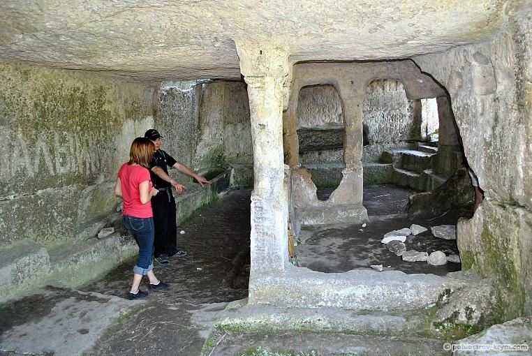 Интерьер пещерной церкви с баптистерием