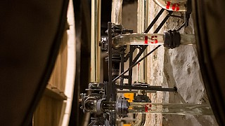 Стеклянный винопровод опоясывает всю территорию подвалов