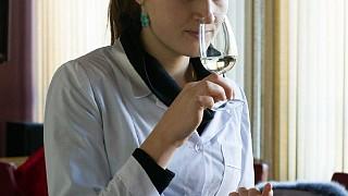 Экскурсовод Анастасия знакомит посетителей с искусством пить вино