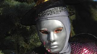Одна из юных актрис Театра на ходулях
