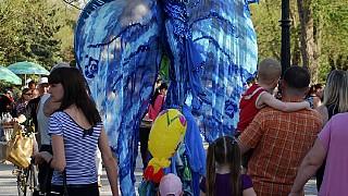 Гостей праздника радовали не только живые статуи, но и артисты на ходулях