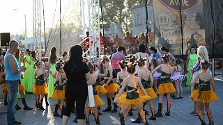 """Девочки готовятся принять участие в концерте """"Парад эпох"""""""