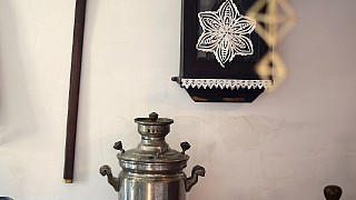 Часы 1930-х годов, гуцульский топорик, самовар и пр.