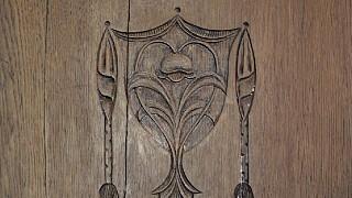 Резной декор на дверцах шкафа