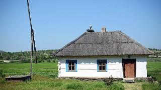 Одна из хат и деревянный колодец-журавль