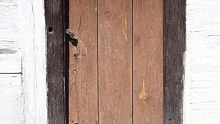 Вход в хату также украшен росписью