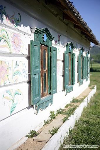 Петриковская роспись на стене хаты