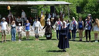 Гостей праздника учат танцевать средневековые танцы