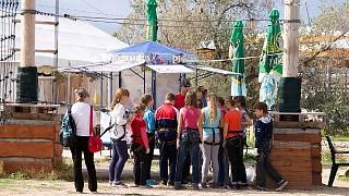 Инструктор Алексей рассказывает школьникам, как вести себя на трассе