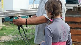 Инструктор Андрей показывает, как пользоваться карабинами