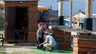 Снаряжение надевают маленькие посетители парка