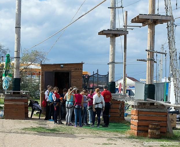 Группа школьников проходит инструктаж