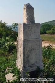 Одно из надгробий вблизи храма св. Луки. Село Лаки. Автор фото Ольга Иутина