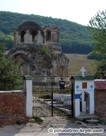 Вход на территорию монастыря Св. ап. и Ев. Луки в селе Лаки. Крым. Автор фото Ольга Иутина