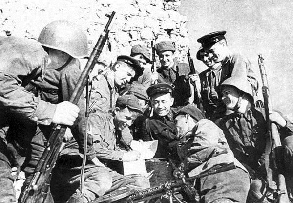 Защитники генуэзской башни Чембало (Балаклава). Май 1942 года.  Фото с сайта www.project-nomad.ru