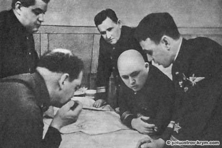 На заседании Военного совета флота. Слева направо: Н.М. Кулаков,  И.Е. Петров, П.А. Моргунов, Ф.С. Октябрьский, Н.А. Остряков