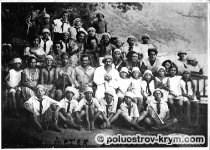 1927 год. На групповом фото артековцы, основатель