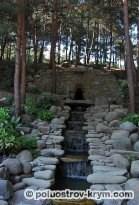 Один из каскадных водопадов из парка