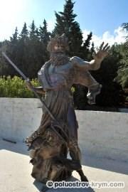 Статуя Посейдона на набережной парка