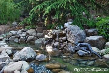 Нарцисс, любующийся своим отражением в воде. Парк