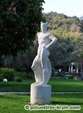 Статуя древнегреческого бога в парке