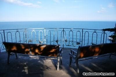 Скамеечки для влюбленных с видом на море. Парк