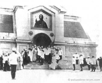 Император Николай II с семьей во время посещения Свято-Никольского храма и Братского кладбища. 1898 год