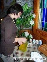 Подготовка к чаепитию. В кадре - Елена Шульга - гостеприимная хозяйка Музея мармелада